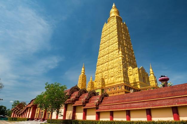 タイ、クラビのワット バン トーン寺院 (ワット マハタート ワチラ モンコン別名王ラーマ 10 寺院) の美しい金のチェディまたはパゴダ。