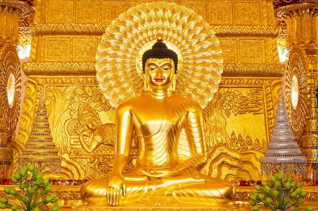 Красивая золотая статуя будды.