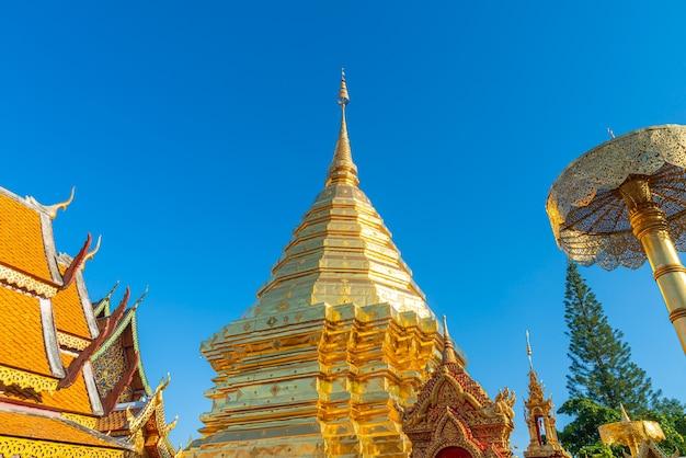 Красивая золотая гора в храме ват пхра тхат дой сутхеп в чиангмае, таиланд.