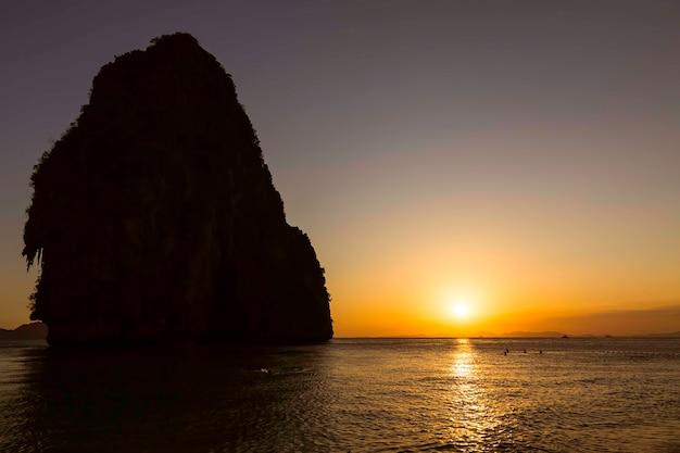 Красивый золотой закат на пляже пхра нанг в краби в таиланде пещерная гора слева