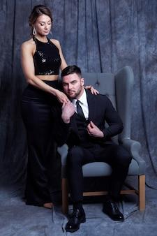 エレガントな服を着た美しいゴージャスなカップル