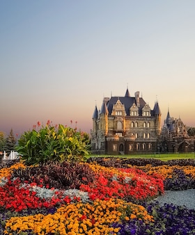 Красивый готический фасад замка на закате
