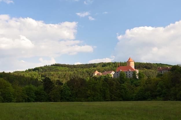 아름다운 고딕 양식의 성 veveri. 브르노 댐에서 브르노 도시. 사우스 모라비아-체코-c