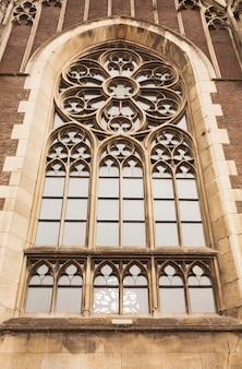 Красивое готическое окно на фасаде собора святой ольги и елизаветы.