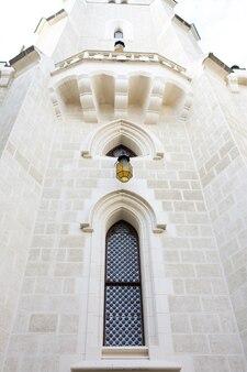 プラハの古代の城のファサードにある木製のシャッター付きの美しいゴシック様式の窓