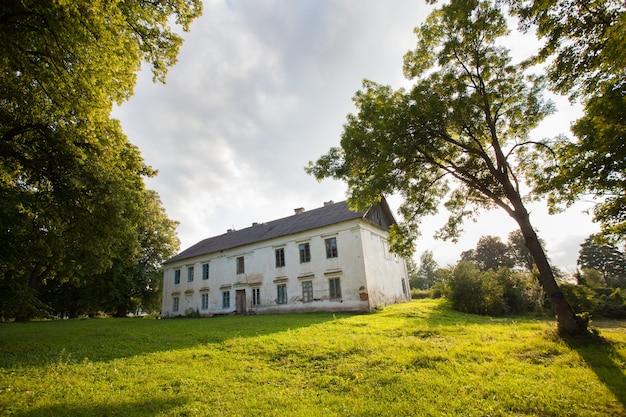 Великолепное старинное поместье в лесу, нуждающееся в реставрации