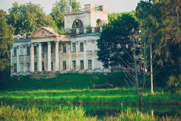 Красивый грандиозный старинный дом, усадьба