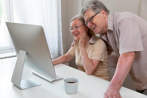 디지털 기기 사용을 배우는 아름다운 조부모 부부