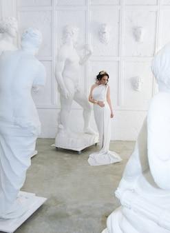 아름 다운 그리스 여신 여자는 흰색 바탕에 닫습니다. 그리스 스타일 여자입니다.