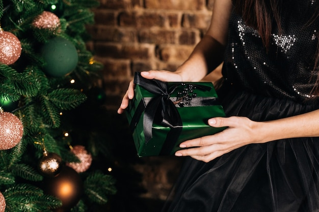 Красивые зеленые елочные игрушки и подарки под елку