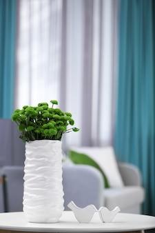 방에 테이블에 꽃병에 아름 다운 녹색 국화