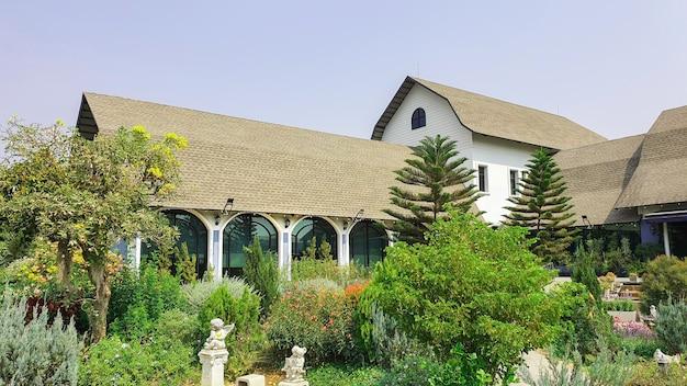 복고풍 온실 식물이 있는 아름다운 녹색 정원, 아침 정원의 평화로운 분위기