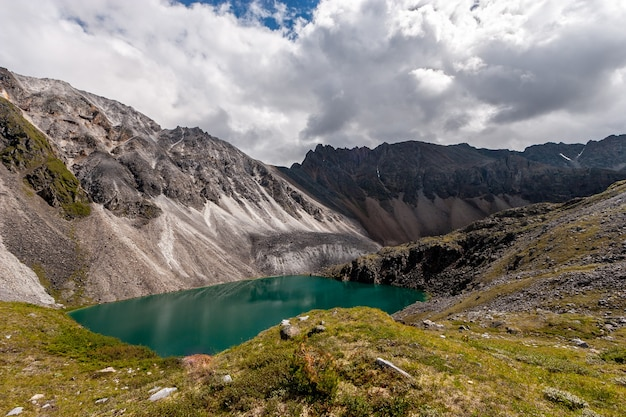 Красивое зеленое озеро в горах