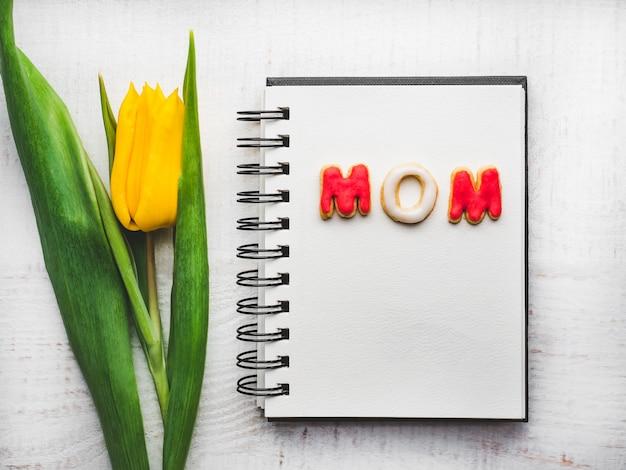 Красивая открытка со словом мама
