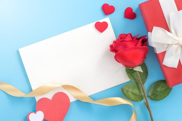 아름다운 인사말 초대 카드, 어머니 날, 발렌타인 데이, 기념일 및 파란색 배경, 복사 공간, 평면도, 평면 누워에 고립 된 생일의 개념