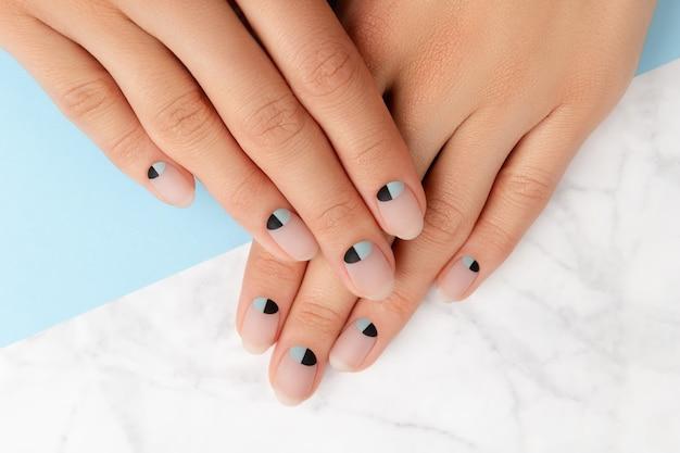 Красивые ухоженные женские руки с телесным и синим матовым дизайном ногтей