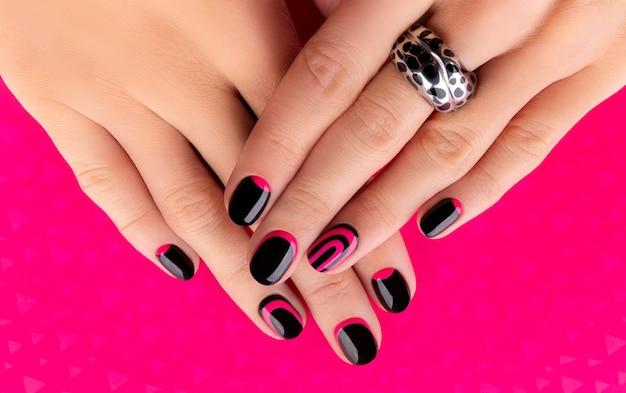 분홍색 유행 매니큐어와 아름 다운 손질 된여 대 손