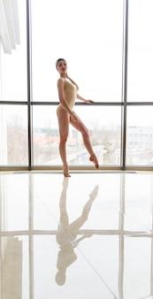 Девушка красивая гимнастка у окна