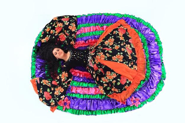 Красивая цыганская танцовщица исполняет национальный танец