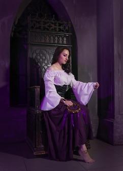 Крупный план красивой цыганской женщины в темной комнате соборной церкви.