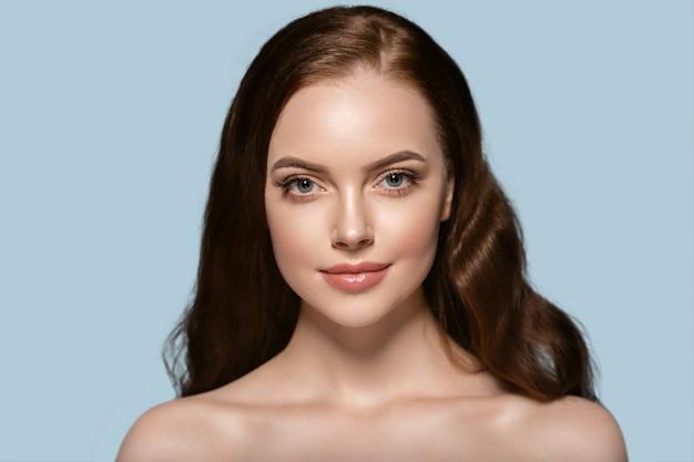 아름 다운 머리 피부 여자 아름다움 여성 초상화 자연 긴 머리를 구성합니다. 색상 배경 파란색