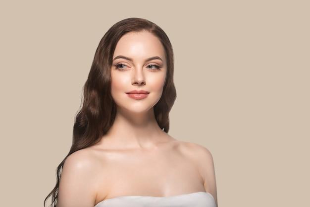 아름 다운 머리 피부 여자 아름다움 여성 초상화 자연 긴 머리를 구성합니다. 색상 배경 갈색