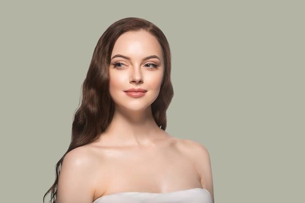 아름 다운 머리 피부 여자 아름다움 여성 초상화 자연 긴 머리를 구성합니다. 색상 배경 녹색