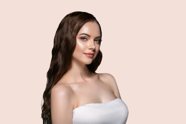 아름 다운 머리 피부 여자 아름다움 여성 초상화 자연 긴 머리를 구성합니다. 색상 배경 노란색