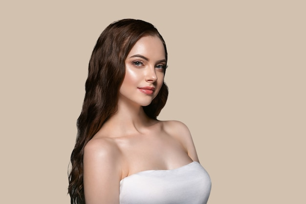 아름 다운 머리 피부 여자 초상화 자연 긴 곱슬 머리를 구성합니다. 색상 배경 갈색