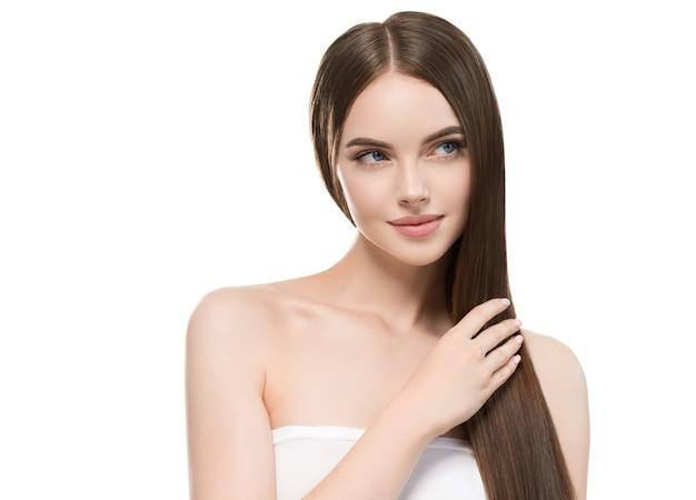 Женщина красивых волос ровная длинная женщина красоты брюнет молодая счастливая изолировала белизну. руками.