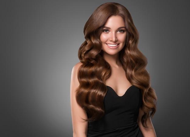 美しい髪の女性の巻き毛の髪型の女性。スタジオショット。