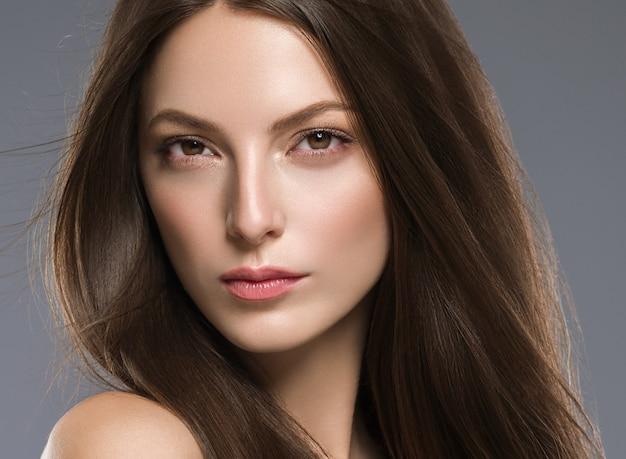 아름 다운 머리 여자 긴 갈색 머리 아름다움 피부 메이크업. 스튜디오 촬영.