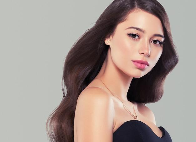 Модель красоты прически красивой женщины волос длинного брюнет здоровая. студийный снимок