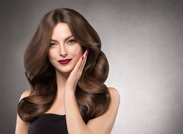 아름 다운 머리 여자 긴 헤어스타일 아름다움 메이크업입니다. 스튜디오 촬영.