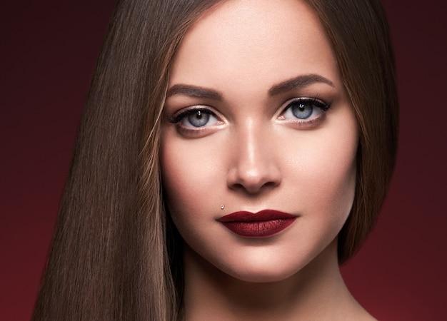 아름 다운 머리 여자 긴 부드러운 갈색 머리 헤어스타일 아름다움 건강 한 머리 여성 모델 초상화입니다. 스튜디오 촬영.