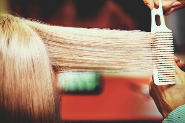ヘアサロンで髪を染め、ハイライトを作った後の女性の美しい髪型。