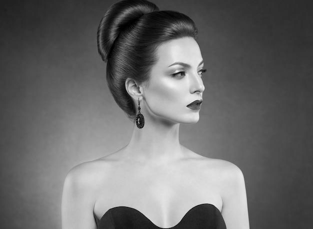 아름 다운 헤어스타일 여자 아름다움 머리 패션 메이크업 빨간 립스틱입니다. 스튜디오 촬영. 검정색과 흰색.
