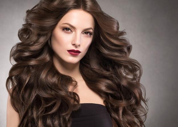 美丽的发型妇女秀丽头发时尚化妆红色唇膏。工作室拍摄。