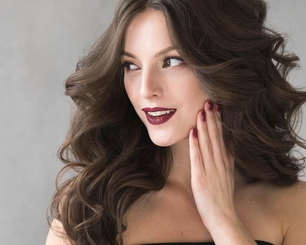 美しい髪型の女性の美しさの髪のファッションメイク赤い口紅。スタジオショット。