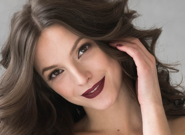 아름 다운 헤어스타일 여자 아름다움 머리 패션 메이크업 빨간 립스틱입니다. 스튜디오 촬영.