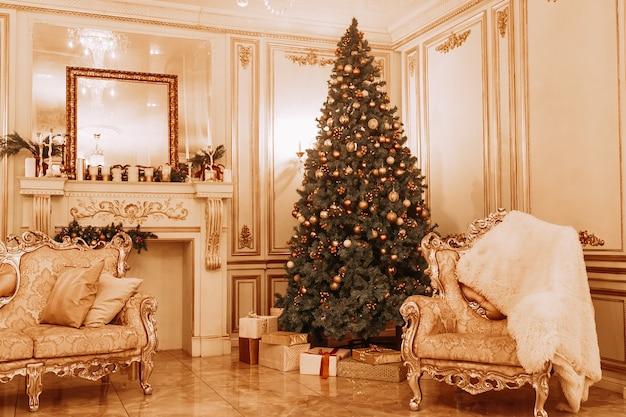 새해 축제 장식과 대형 크리스마스 트리가있는 아름다운 홀 인테리어.