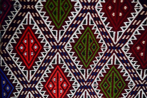 Красивые турецкие ковры и покрывала ручной работы, текстиль в магазине на улице в турции