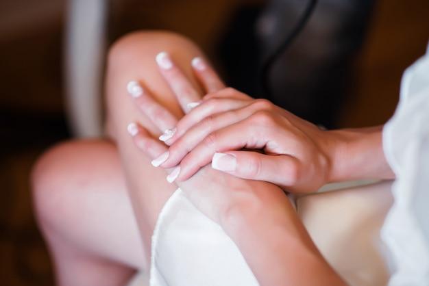 Девушка красивые руки.