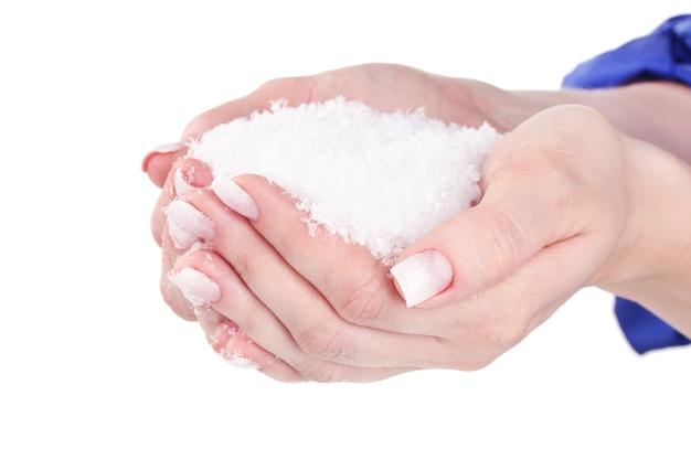 Красивые руки со снегом, изолированные на белом фоне