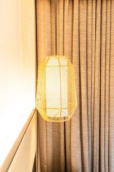 部屋の美しい吊りランプの装飾