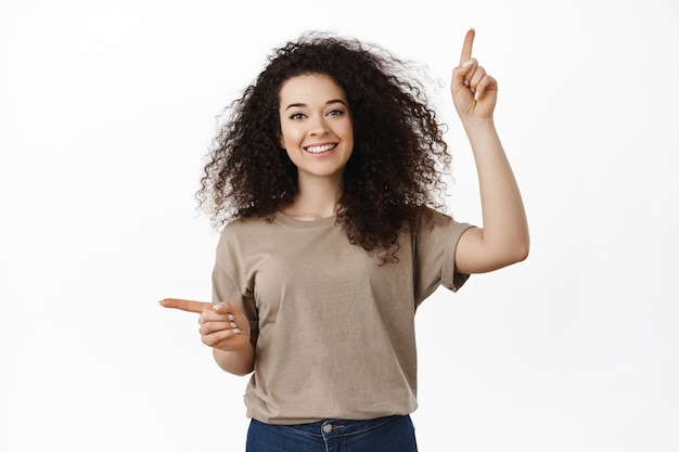 白の美しい幸せなブルネットの巻き毛の女性