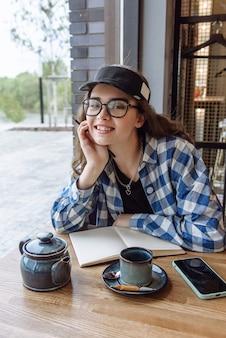 노트북과 카페에서 아름 다운 행복 한 갈색 머리. 라이프스타일 컨셉