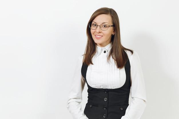 Bella giovane caucasica felice sorridente donna d'affari dai capelli castani in abito nero, camicia bianca e occhiali che guardano fotocamera isolata su sfondo bianco. dirigente o lavoratore. copia spazio per la pubblicità.