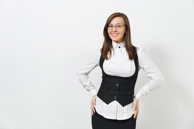 아름 다운 행복 한 백인 젊은 미소 갈색 머리 비즈니스 여자 검은 양복, 흰색 셔츠와 안경 흰색 배경에 고립 된 카메라를 찾고. 관리자 또는 작업자입니다. 광고 공간을 복사합니다.