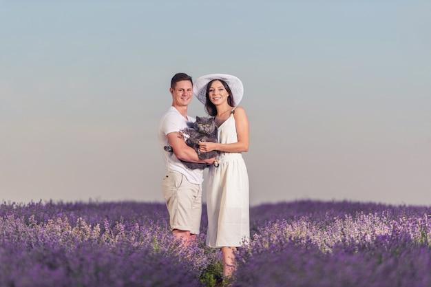 Красивая счастливая пара в поле лаванды. фантастическое летнее настроение, цветочный пейзаж восхода солнца из луговых цветов лаванды.